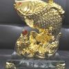 ปลาหลีฮื้อทองเล่นน้ำบนฐานคริสตัลค้าขายร่ำรวย