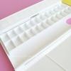 จานสีแบบ 24 ช่อง มีฝาปิดช่องสีแยกต่างหาก กางเป็นจานสีได้