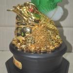 กบคาบเหรียญมงคลบนใบบัวหยกฐานไม้(คางคกคาบเหรียญ) คาบเงินคาบทอง อวยพรโชคลาภ