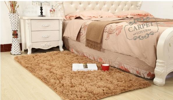 พรมปูพื้นบริเวณข้างเตียง
